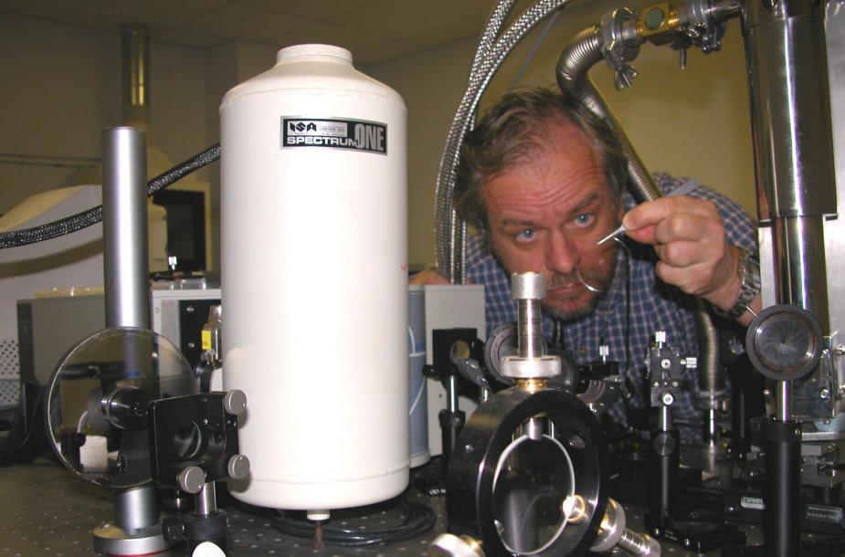 Eksperimentai prie lazerio stendo. Pietų Karolinos universitetas, JAV, 2004  m.
