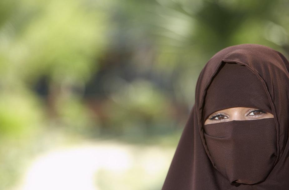 Veidą visiškai paslėpusi musulmonė