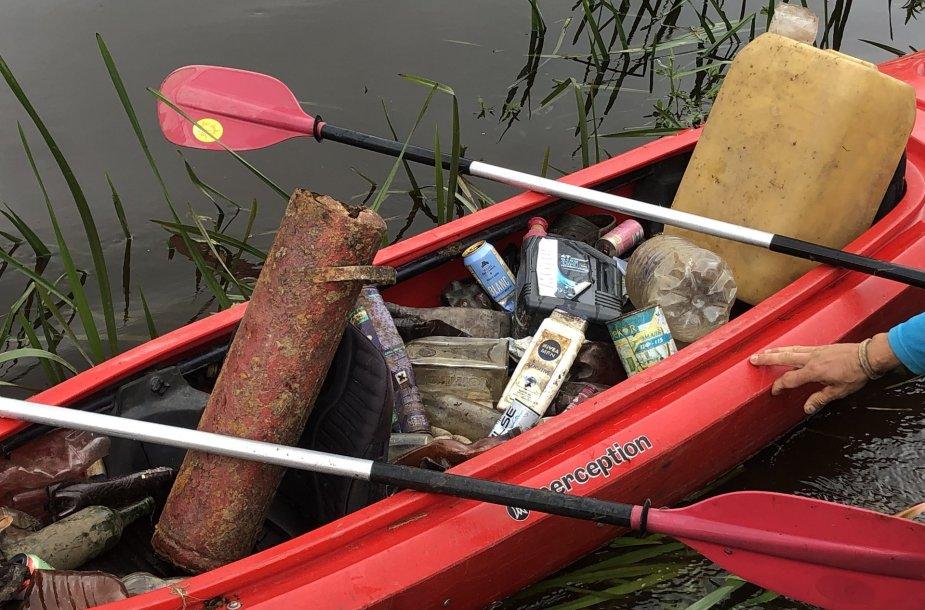 Baidarininkai iš Širvintos upės traukė šiukšles