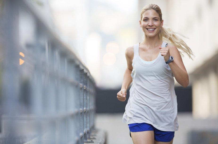 Moteris bėgioja