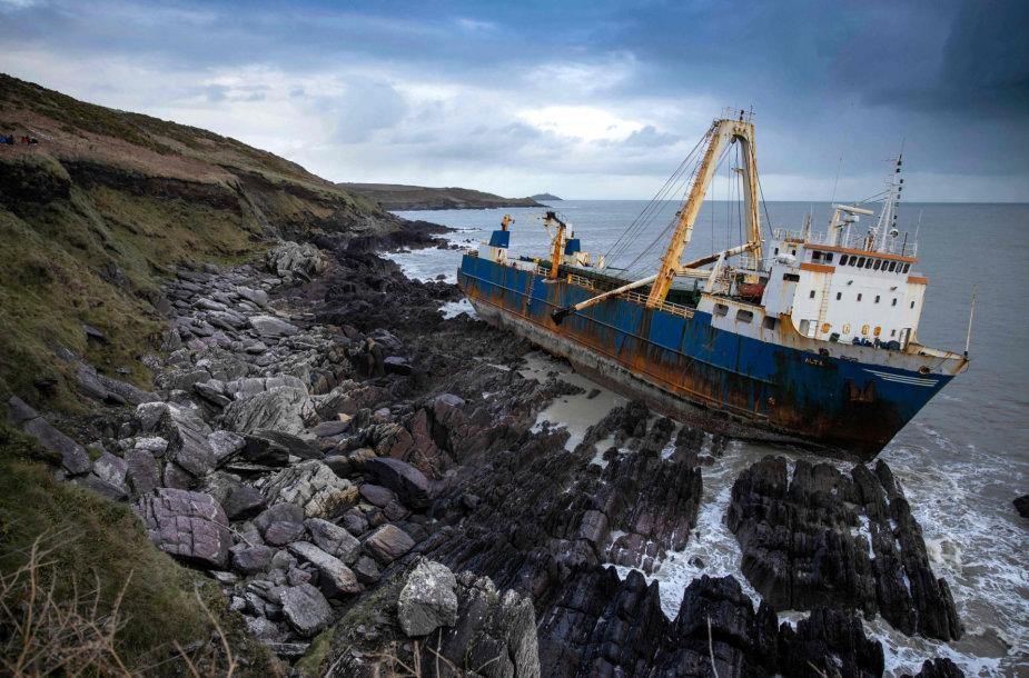 """Audra Dennis Airijoje į krantą išmetė """"laivą vaiduoklį"""""""