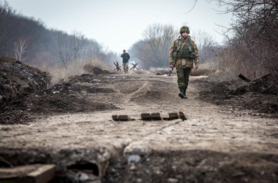 Ukrainos kariai patruliuoja kaime šalia Marjinkos