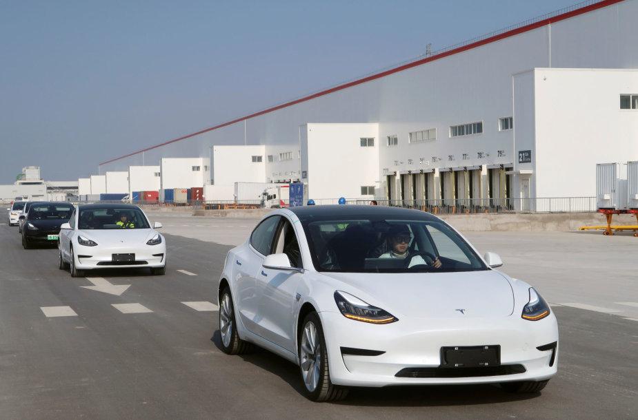 """""""Tesla"""" perdavė darbuotojams pirmuosius Šanchajaus gamykloje pagamintus elektromobilius"""