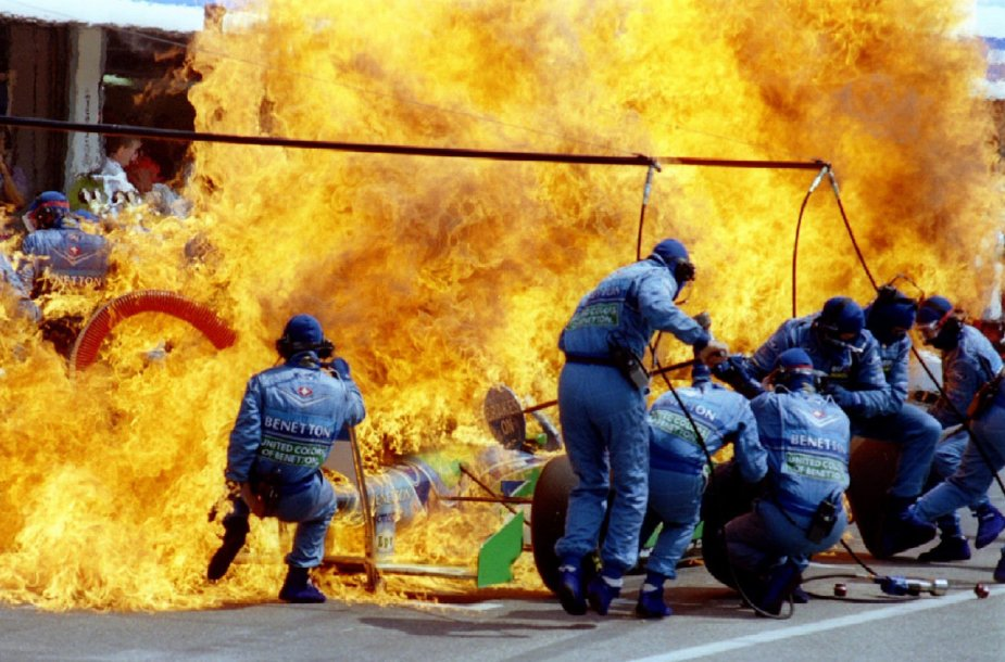 Joso Verstappeno automobilio gaisras F1 trasoje degalų papildymo metu