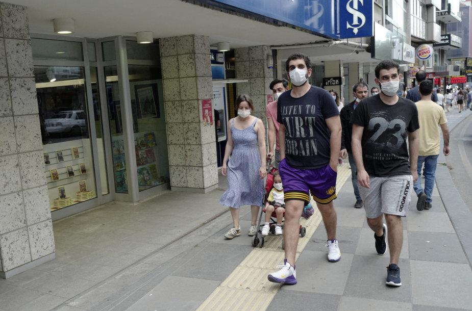 Žmonės su kaukėmis Ankaroje
