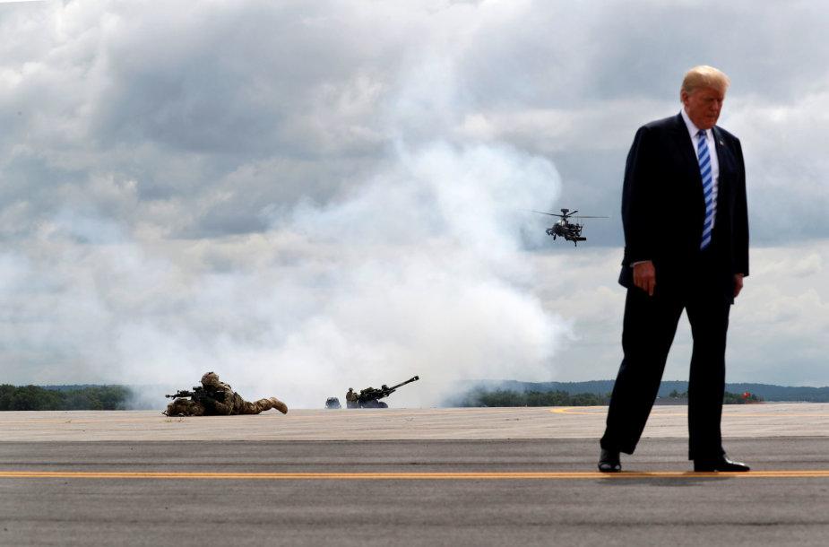 JAV prezidentas Donaldas Trumpas per parodomuosius JAV kariuomenės veiksmus Niujorke