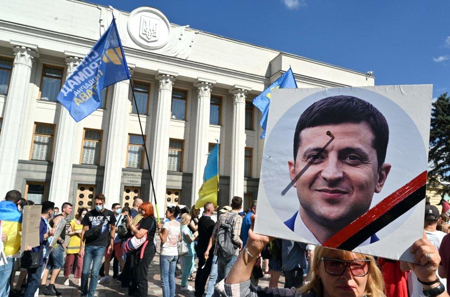 Protestuotoja laiko Volodymyro Zelenskio nuotrauką