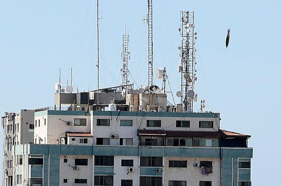 """Aviacinė bomba, krentanti ant pastato """"Jala Tower"""""""