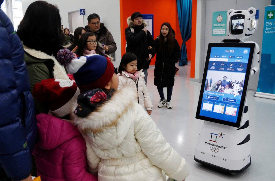 Robotai padeda žaidynių rengėjams ir žiūrovams bei patys varžosi per žiemos olimpines žaidynes Pjongčange.