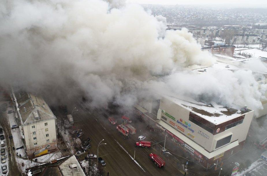 """Gaisras prekybos ir pramogų centre """"Žiemos vyšnia"""" Kemerove"""