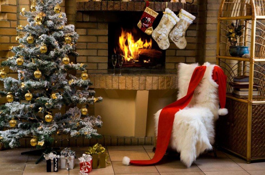 Tradicija prie židinio kabinti kalėdines kojines paplito daugelyje Europos šalių. Iš pradžių vaikai kabindavo savo įprastas kojinaites, vėliau buvo sukurtos specialios kojinės Kalėdoms.