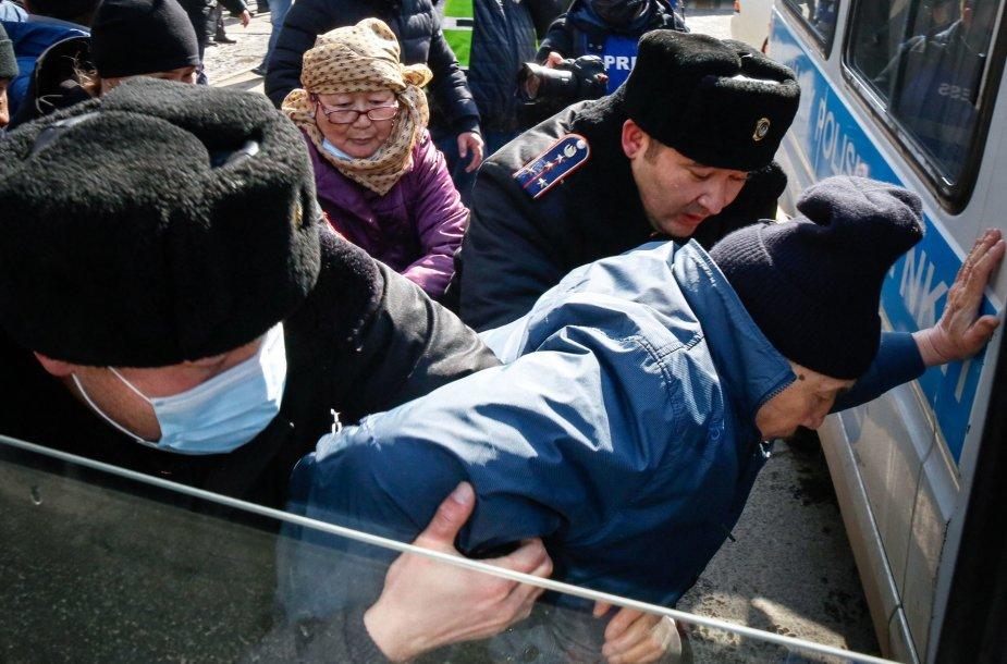 Kazachstano policija sulaiko protestuotojus.