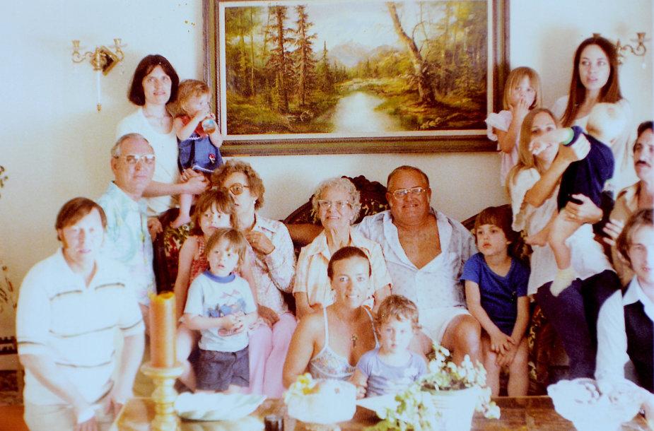 Angelinos Jolie šeima 1977 m. (aktorė dešinėje mamai ant rankų)