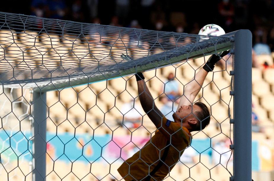 Martinas Dubravka įsimetė kamuolį į savo vartus per 0:5 pralaimėtą mačą Ispanijai.