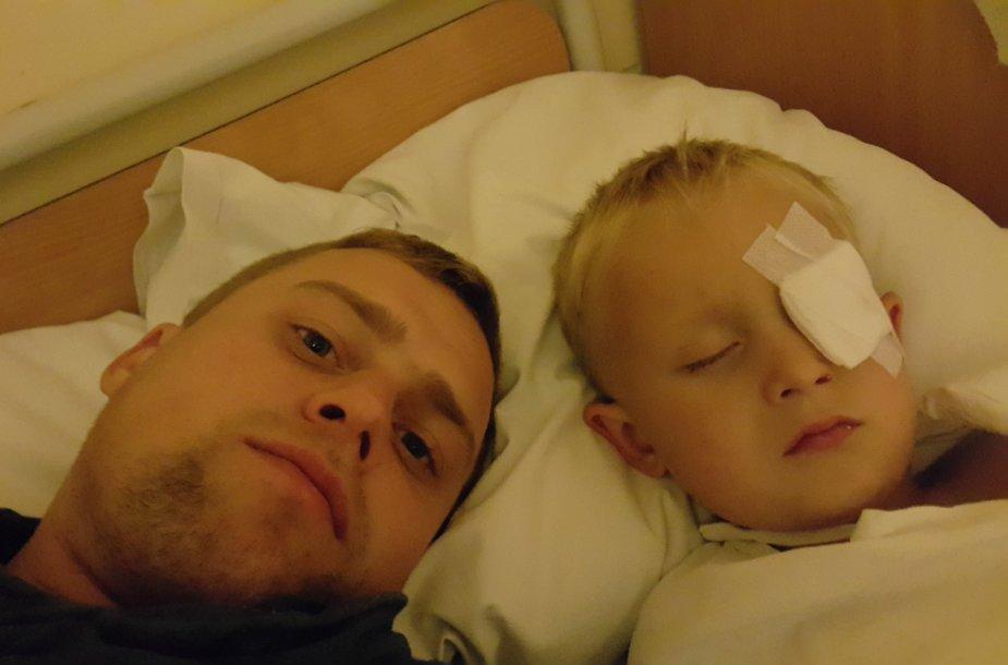 Akį susižeidęs Emilijus su tėvu