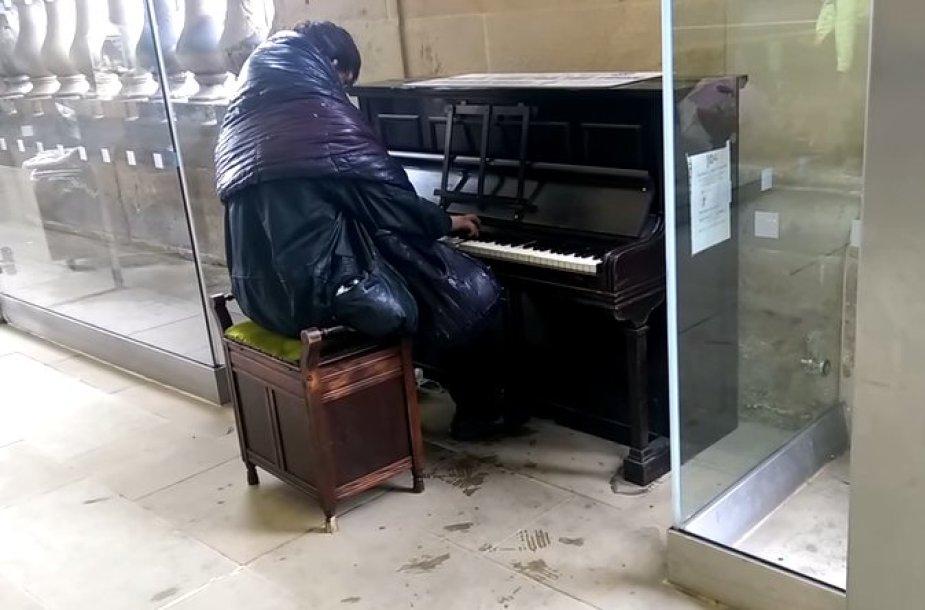 Benamis traukinių stotyje