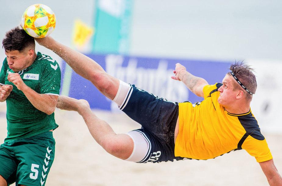 E.Žaldario nuotrauka, kurioje užfiksuotas kamuolį varžovui nuo galvos nuspiriantis žaidėjas paplūdimio futbolo varžybose Palangoje, išrinkta geriausiu liepos mėnesio kadru.
