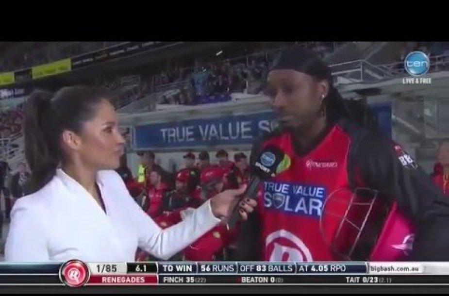 Kriketo žaidėjas flirtuoja su žurnaliste
