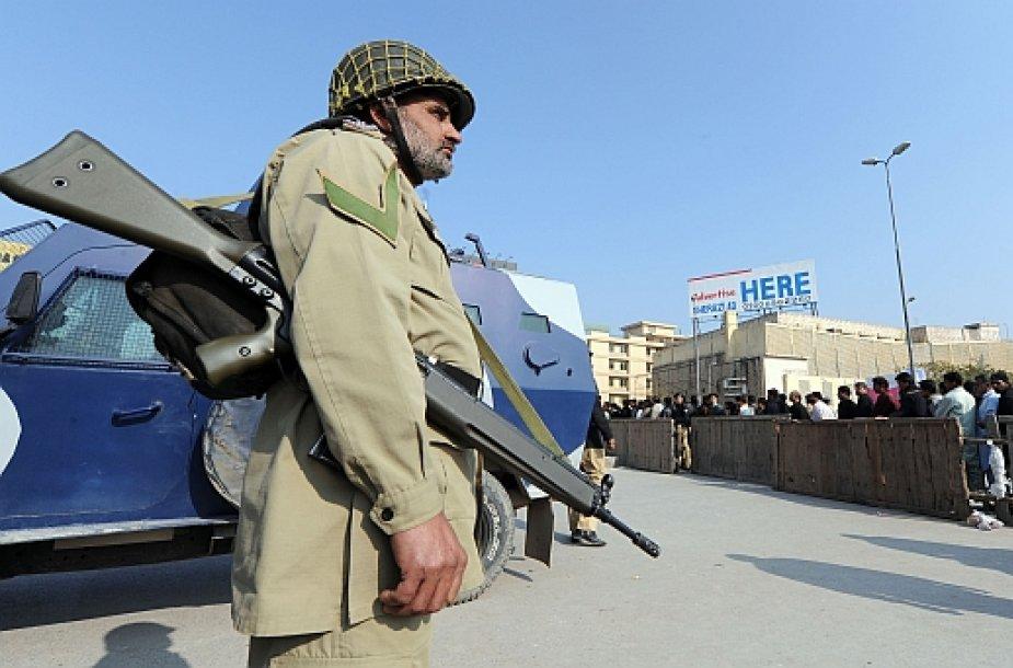 Ginkluoti kariai Pakistano gatvėse – įprastas reginys.
