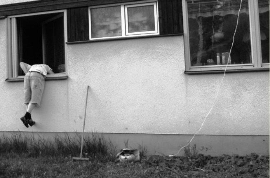 Aprodyti butą agentė pasiūlė įlipus per langą.