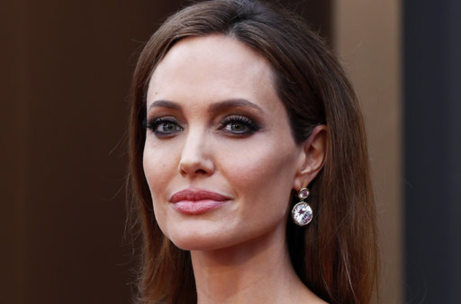 Actress Angelina Jolie arrives, wearing a Elie Saab gown, at the 86th Academy Awards in Hollywood, California March 2, 2014. REUTERS/Lucas Jackson (UNITED STATES TAGS: ENTERTAINMENT) (OSCARS-ARRIVALS)