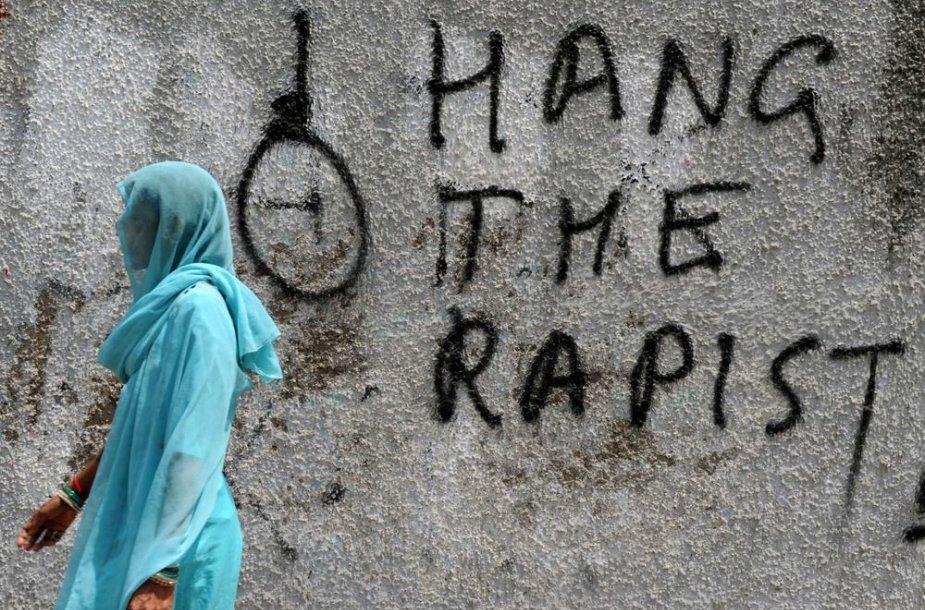 Prievartautojams Indijoje grasinama susidorojimu