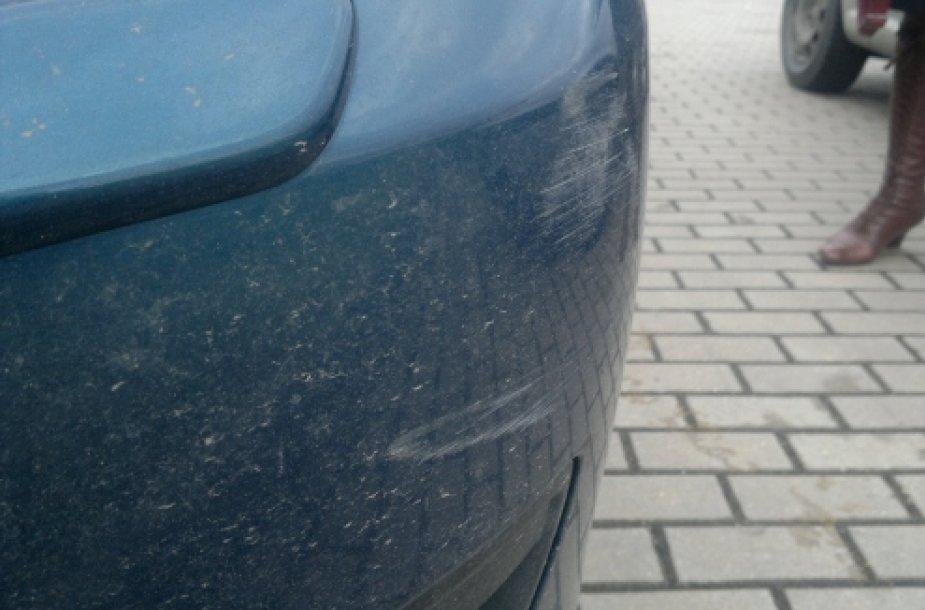 """P.Galkontaitės automobilio """"Mazda 3"""" nubrozdintas bamperis."""