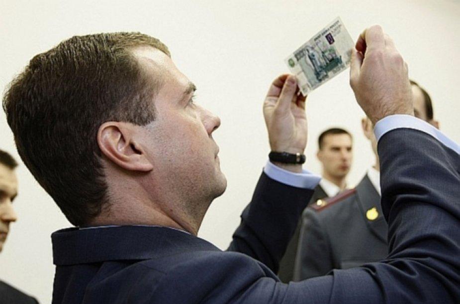 Rusijos prezidentas Dmitrijus Medvedevas Rusijos Banką ragino rečiau kaitalioti rublio kursą.