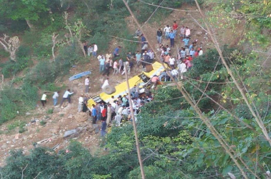 Indijoje autobusui nuriedėjus nuo skardžio žuvo 30 žmonių