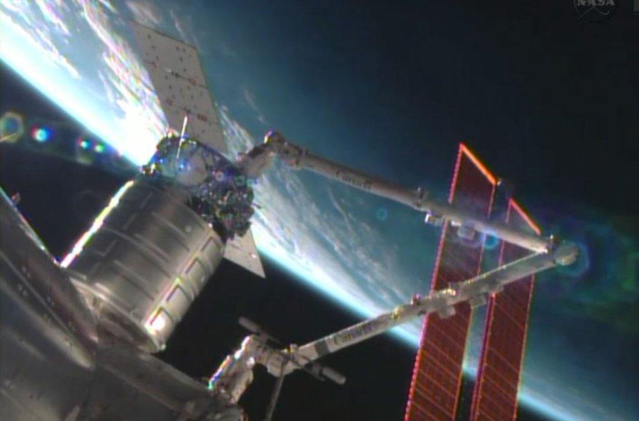 """Kosminis laivas """"Cygnus"""" prijungiamas prie Tarptautinės kosminės stoties"""