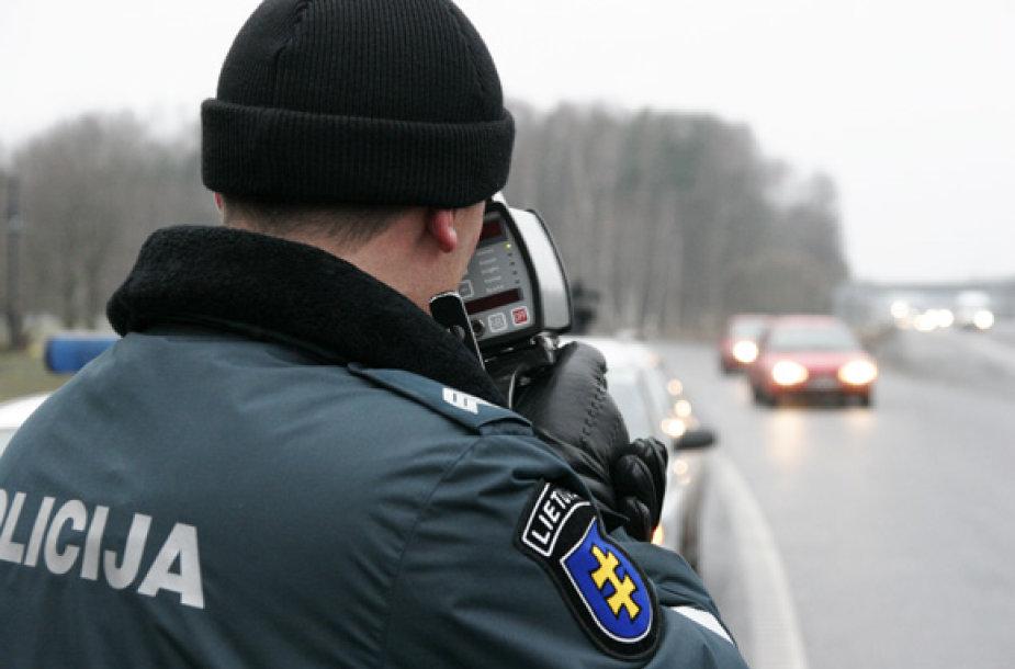 """Automobilių greitį Kaune policininkai matuoja """"senoviškai""""."""