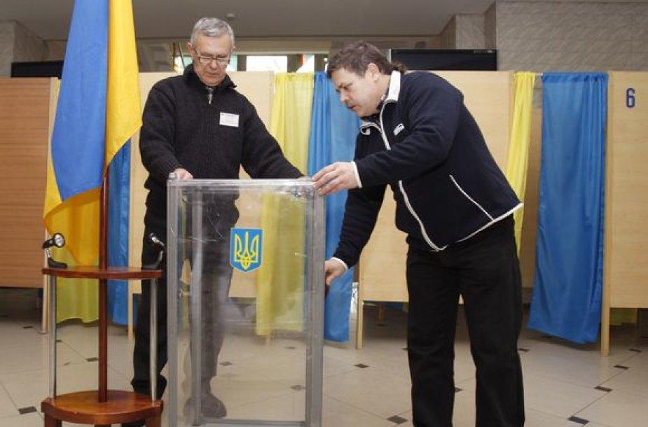 Ruošiamos balsadėžės.