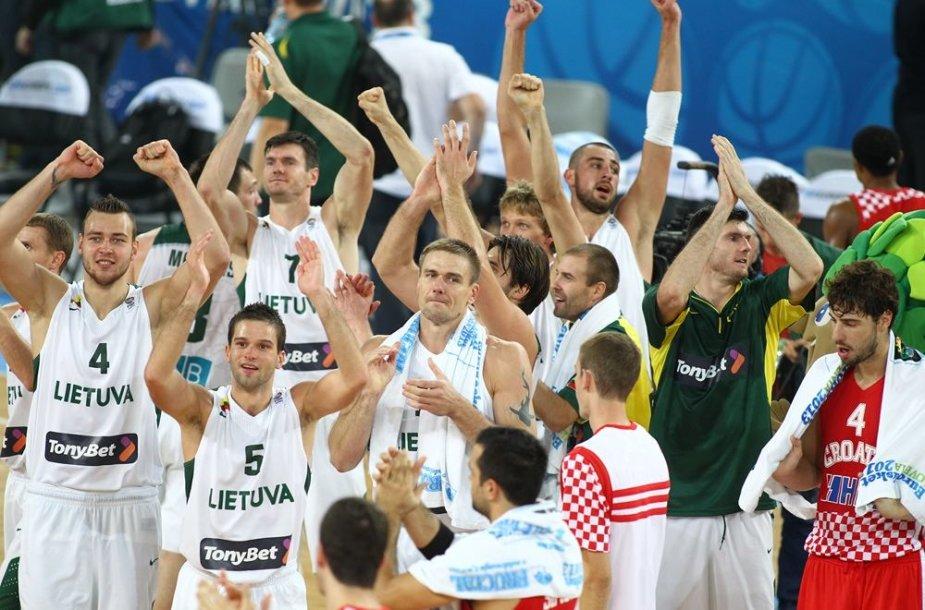 Lietuvos krepšininkai džiaugiasi pergale.