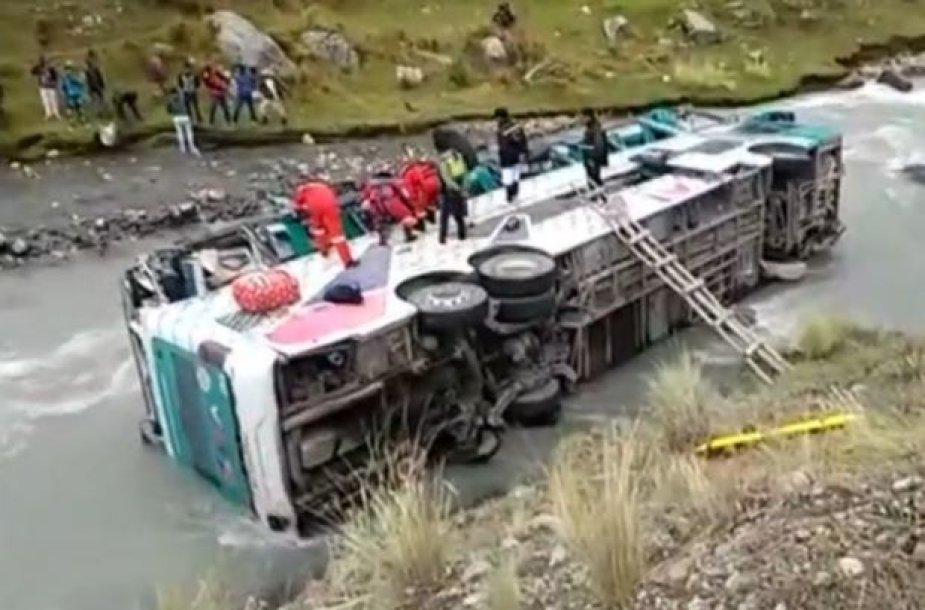 Peru autobusui įkritus į upę žuvo bent 23 žmonės