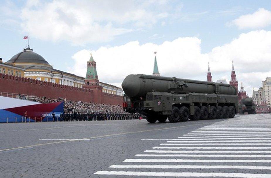 """Rusijos """"Topol-M"""" balistinė raketa Raudonojoje aikštėje"""
