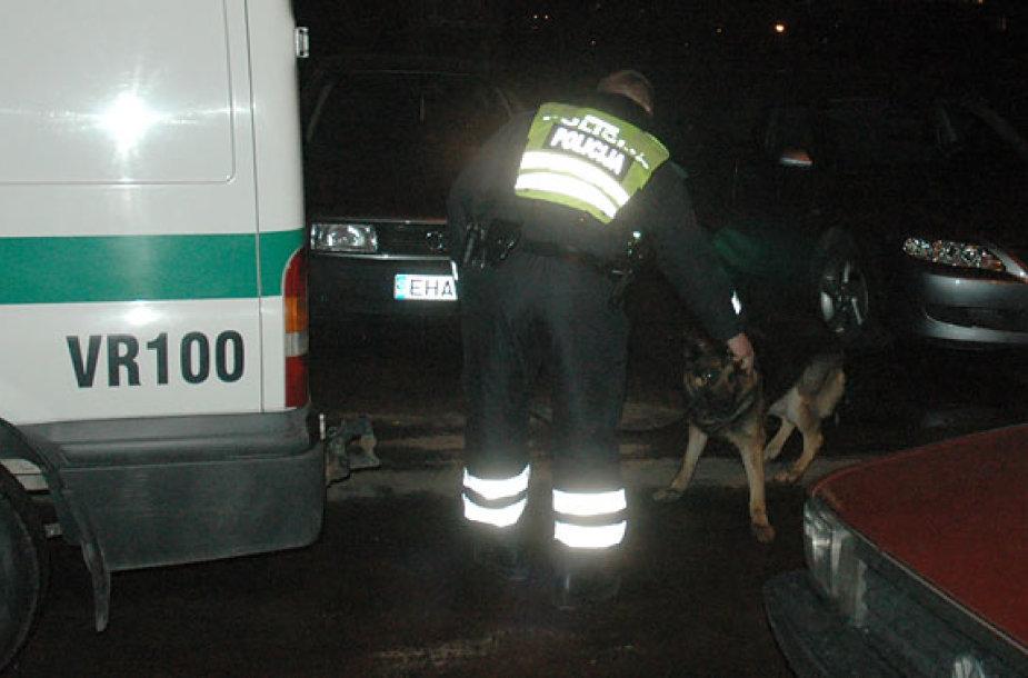 Policijos kinologas su tarnybiniu šunimi įvykio vietoje
