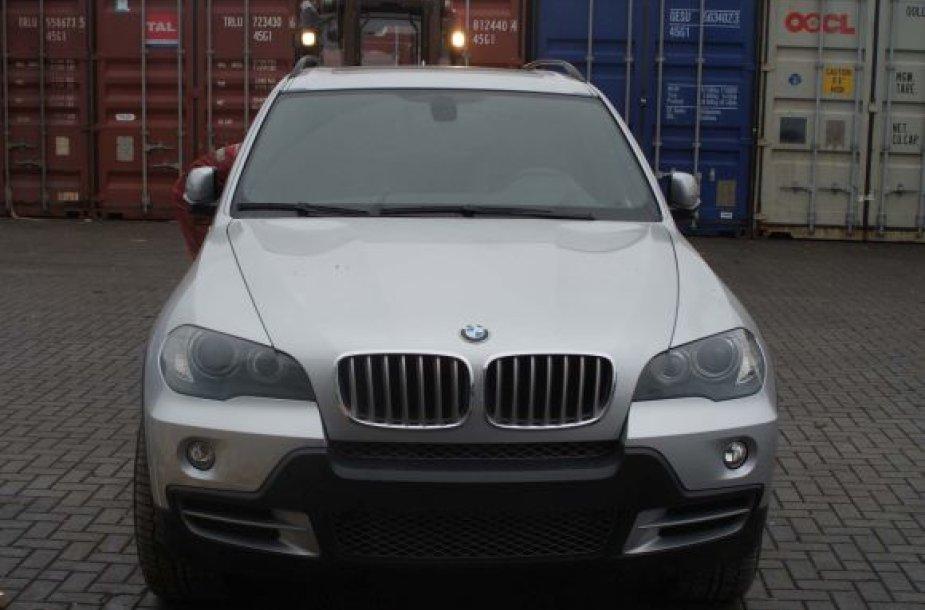 """Klaipėdoje muitininkai aptiko vogtą automobilį """"BMW X5""""."""