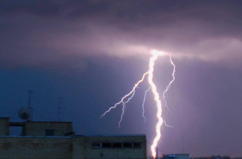 Ketvirtadienį gamta visoje šalyje surengė įspūdingą žaibų spektaklį, dėl kurio kilo ir nuostolių.