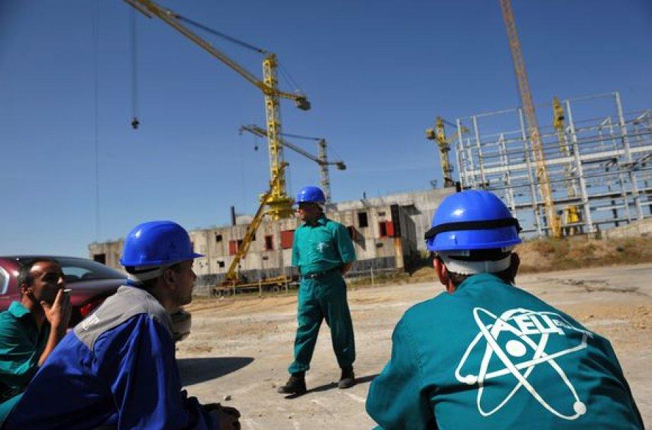 Darbininkai ir kranai Bulgarijos atominės elektrinės netoli Beleno statybvietėje.