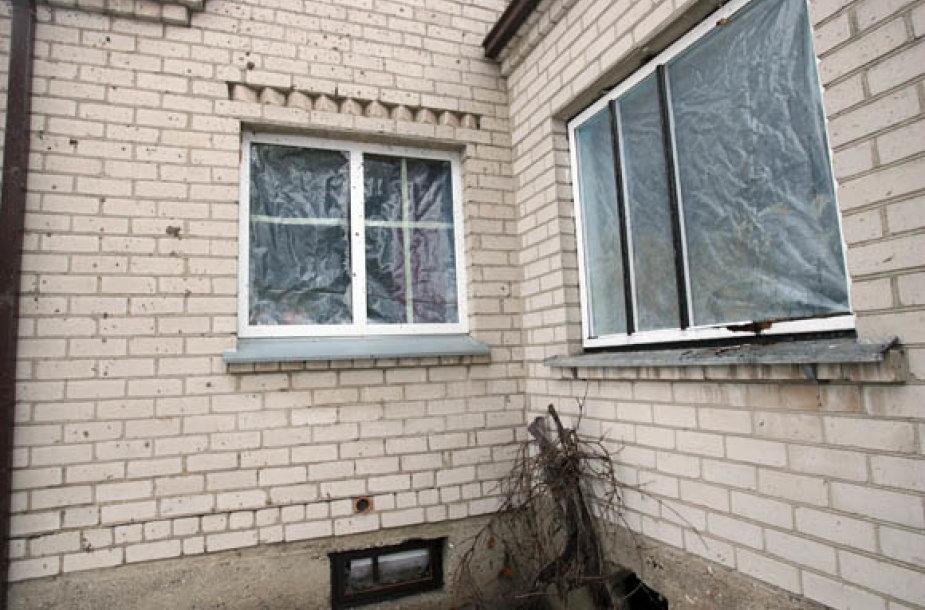 Po sprogimo išdužusius langus gyventojai uždengė plėvele