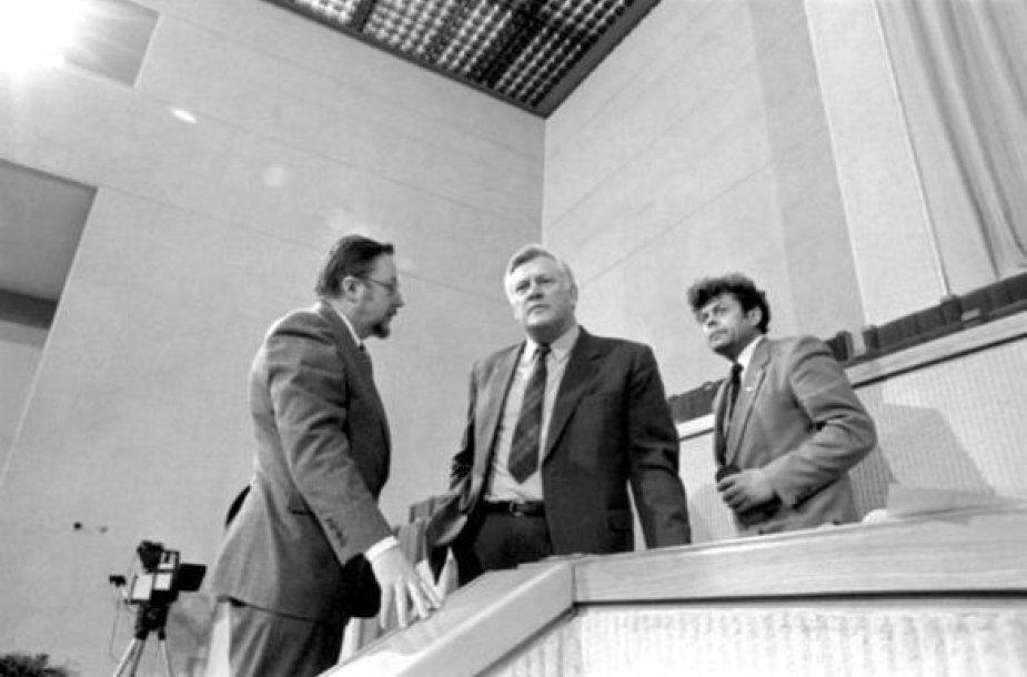 Plenarinių posėdžių salėje deputatai (iš kairės) Vytautas Landsbergis, Algirdas Mykolas Brazauskas, Česlovas Stankevičius