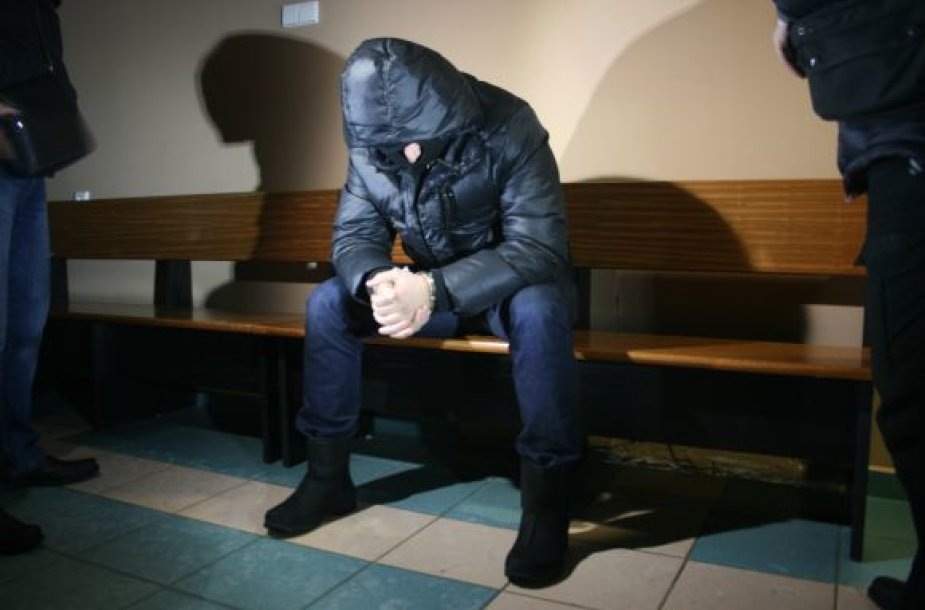 Klaipėdos apskrities vyriausiojo policijos komisariato Autotransporto priemonių grobimo tyrimų skyriaus pareigūnas Žilvinas Ukockis teisme su žiniasklaida nebendravo, veidą slėpė po kauke.