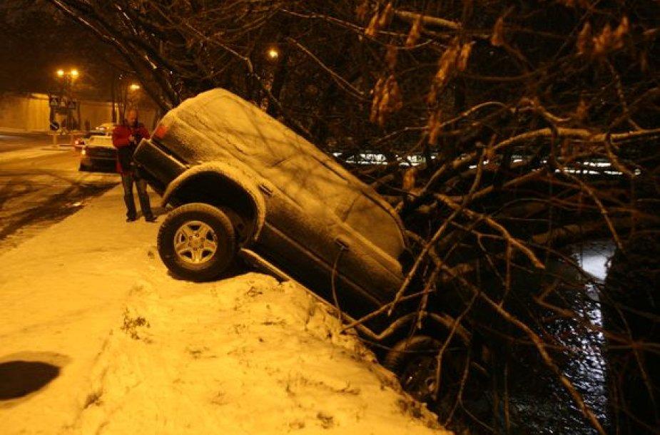 Vilniuje, Maironio g. automobilis Toyota pakibo ant upės skardžio.