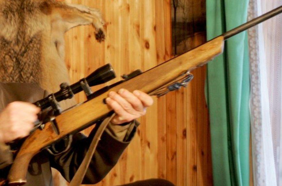 Neatsargiai ginklą saugojęs medžiotojas pats tapo auka – apšvarino vagys.