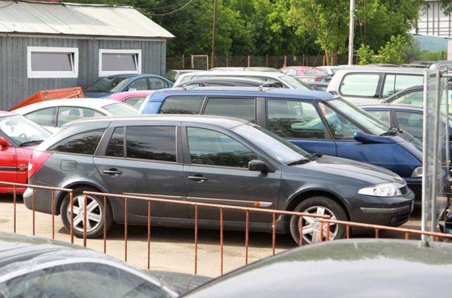 """""""Renault"""" automobilis, su kuriuo siautėjo S.Kibilda, buvo išvežtas ir saugomas kelių policijos aikštelėje."""