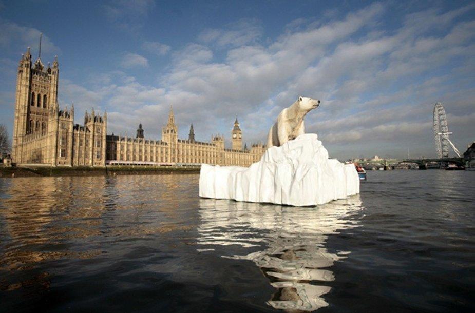 Skulptūra Temzės upėje primena apie globalinį atšilimą.