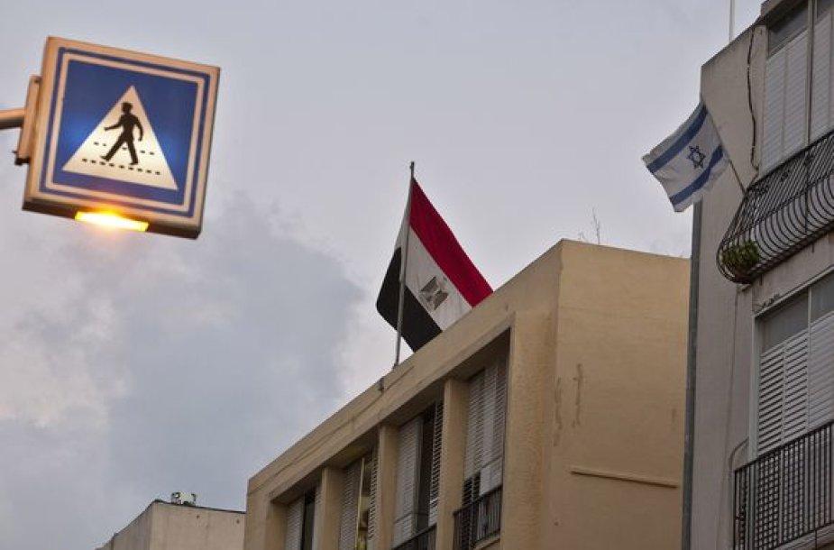 Protestuotojas ant Izraelio ambasados iškėlė Egipto vėliavą