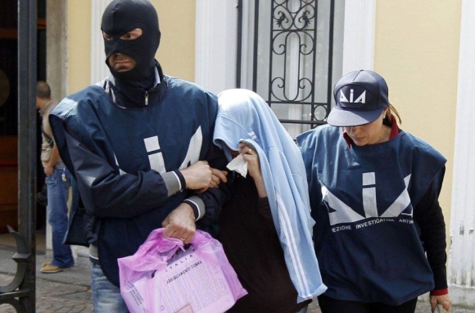 Italijos policininkai sulaiko įtariamąjį.