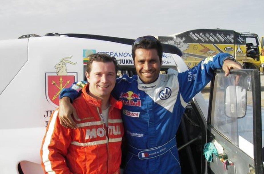 A.Juknevičius kartu su 2011 metų Dakaro ralio čempionu N.Al-Attiyahu, kurio laukia savo namuose Lietuvoje.