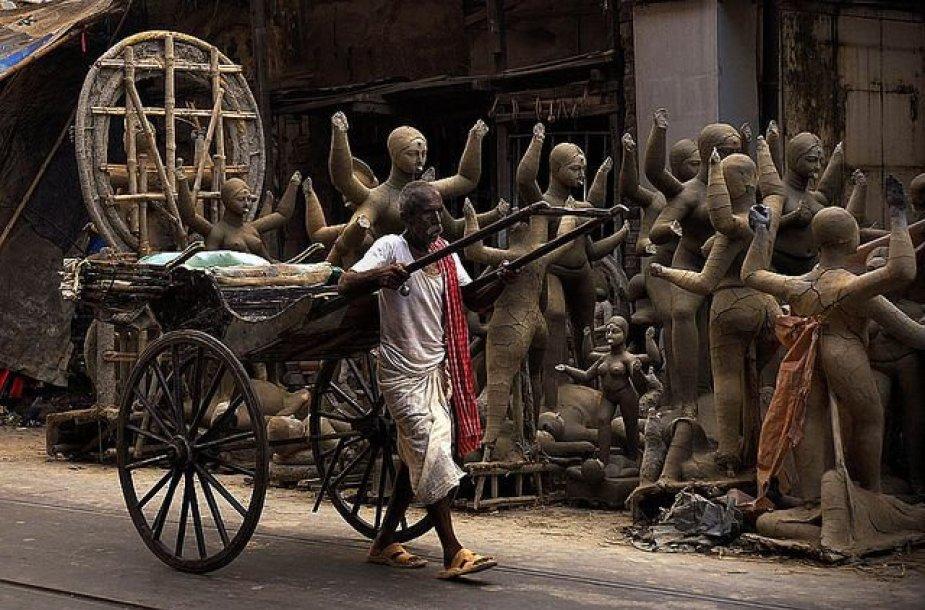 Kalkutoje vyras veža deivių skulptūras